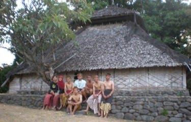 Primadona Lombok Gema Takbir Masjid Tua Ikat Kepala Berwarna Putih