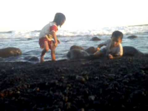 Anak Kecil Bermain Ombak Terganas Pantai Selatan Bambang Lumajang Kab