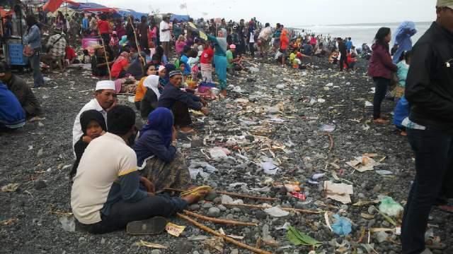 Lebaran Menyisakan Lautan Sampah Pantai Bambang Aktual Lumajang Puncak Ketupat