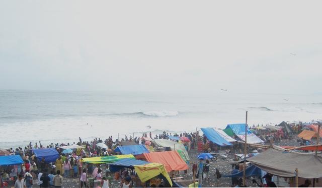 Libur Lebaran Pantai Bambang Watu Pecak Serbu Wisatawan Kab Lumajang