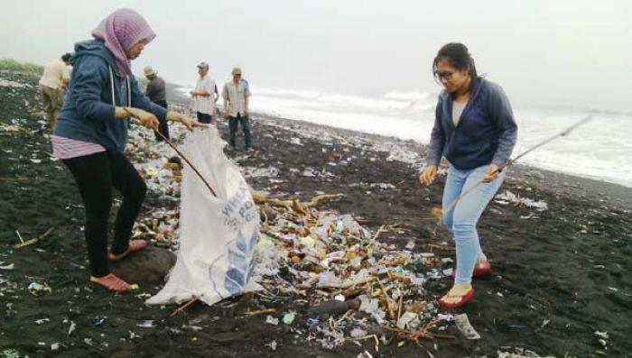 Pantai Bambang Lumajang Penuh Sampah Masyarakat Pelajar Turun Bersih Kab