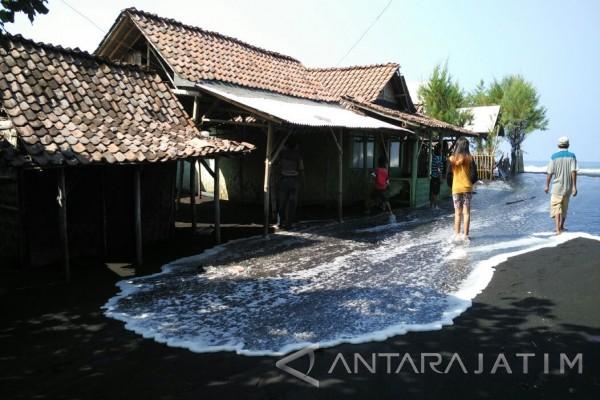 Banjir Rob Rendam Rumah Warga Pesisir Pantai Watu Pecak Lumajang