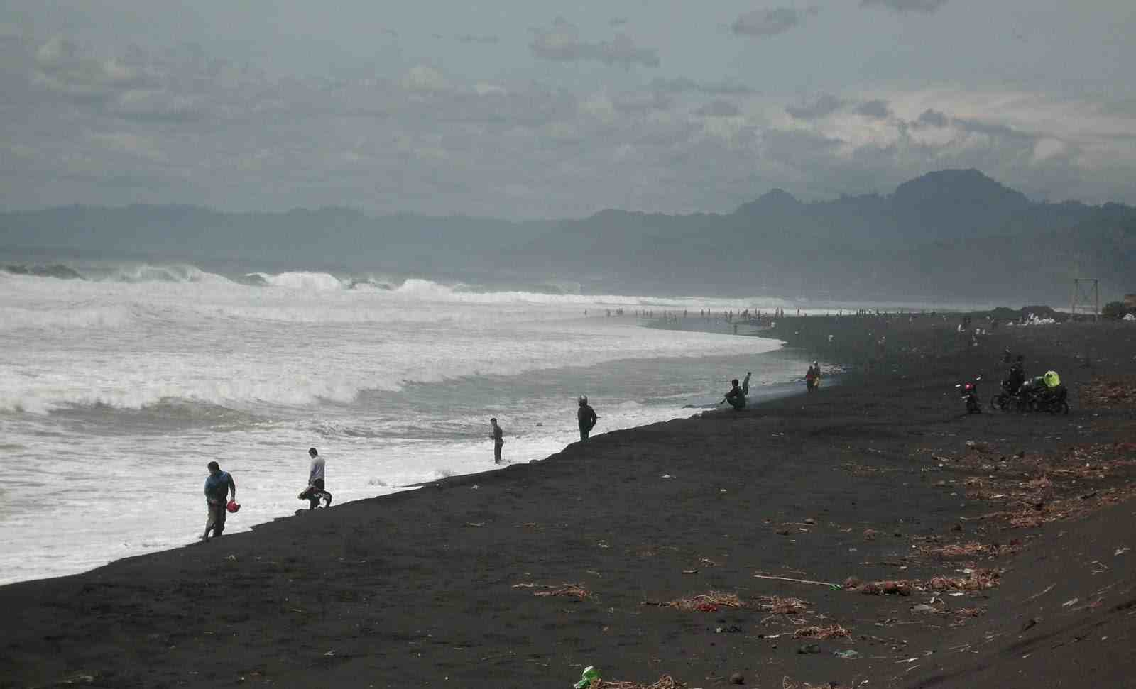 Iksan Hilang Ditelan Ombak Pantai Bambang Lumajang Faktualnews Tlepuk Kab
