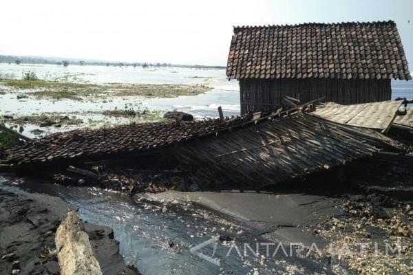 Warga Pesisir Pantai Watu Pecak Lumajang Mengungsi Akibat Banjir Rob