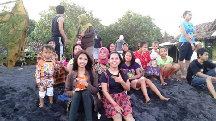 Abrasi Ombak Besar Pantai Watu Pecak Ramai Pengunjung Penasaran Kab