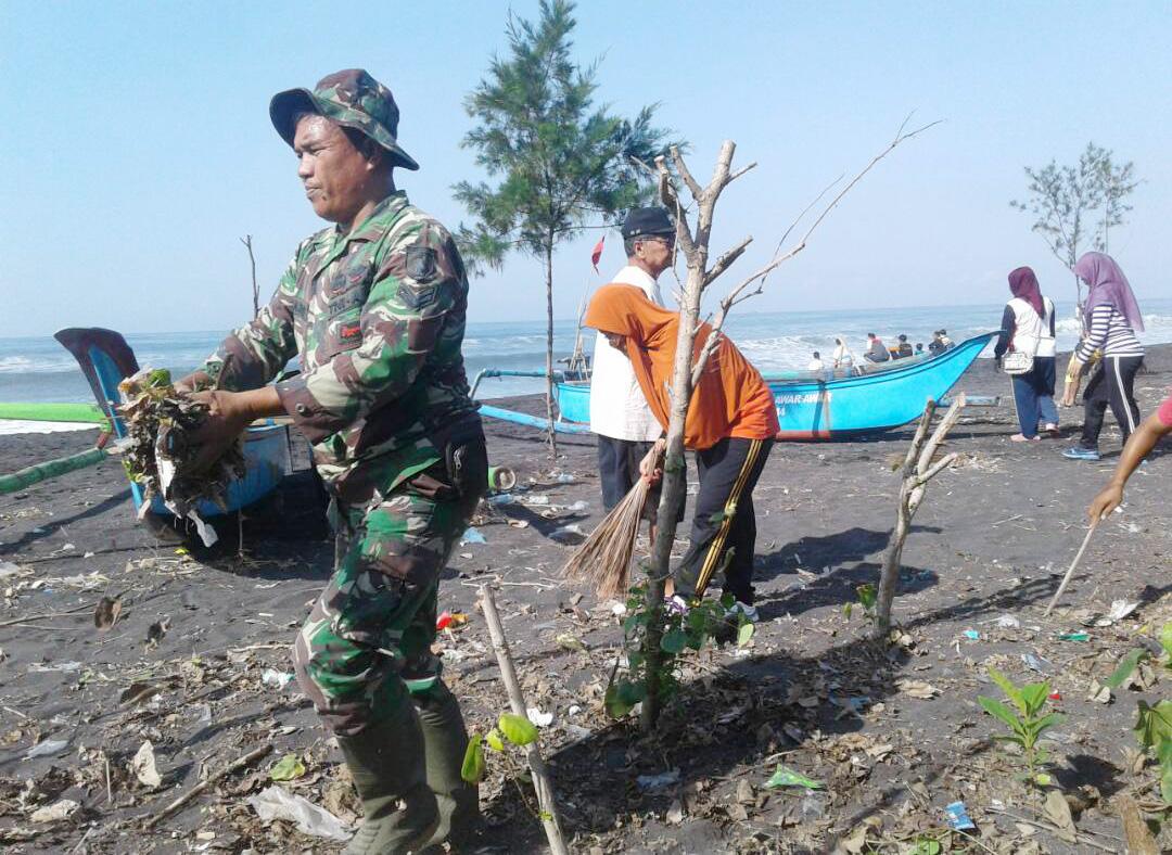 Jaga Kebersihan Keindahan Pantai Wisata Watu Pecak Babinsa Elok Lumajang