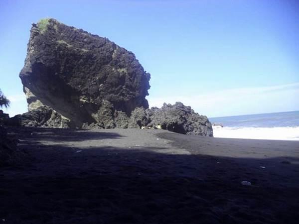 Pesona Pantai Watu Godeg Gedeg Lumajang Wisata Indonesia Pecak Kab