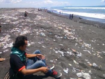 Potensi Indah Pantai Watu Pecak Kotor Sampah Miliki Kab Lumajang