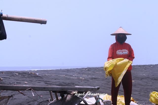 Sosok Wanita Perkasa Pantai Watu Pecak Oleh Teguh Hariawan Kab