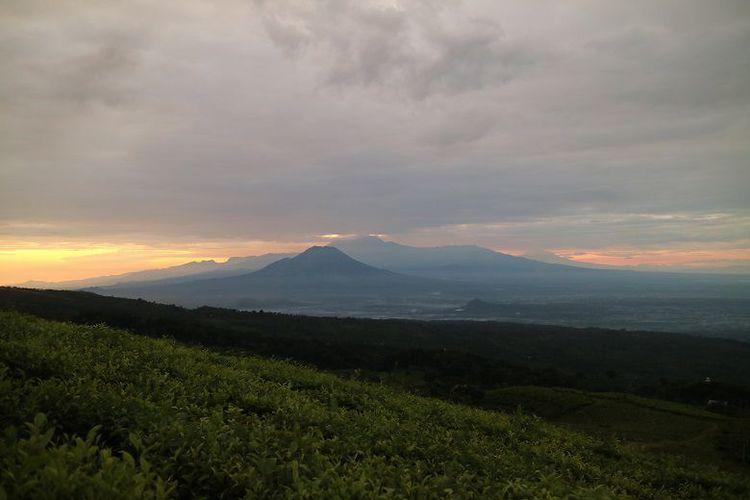 Menikmati Matahari Terbit Panorama Laut Gunung Sebutan Bukit Inspirasi Area