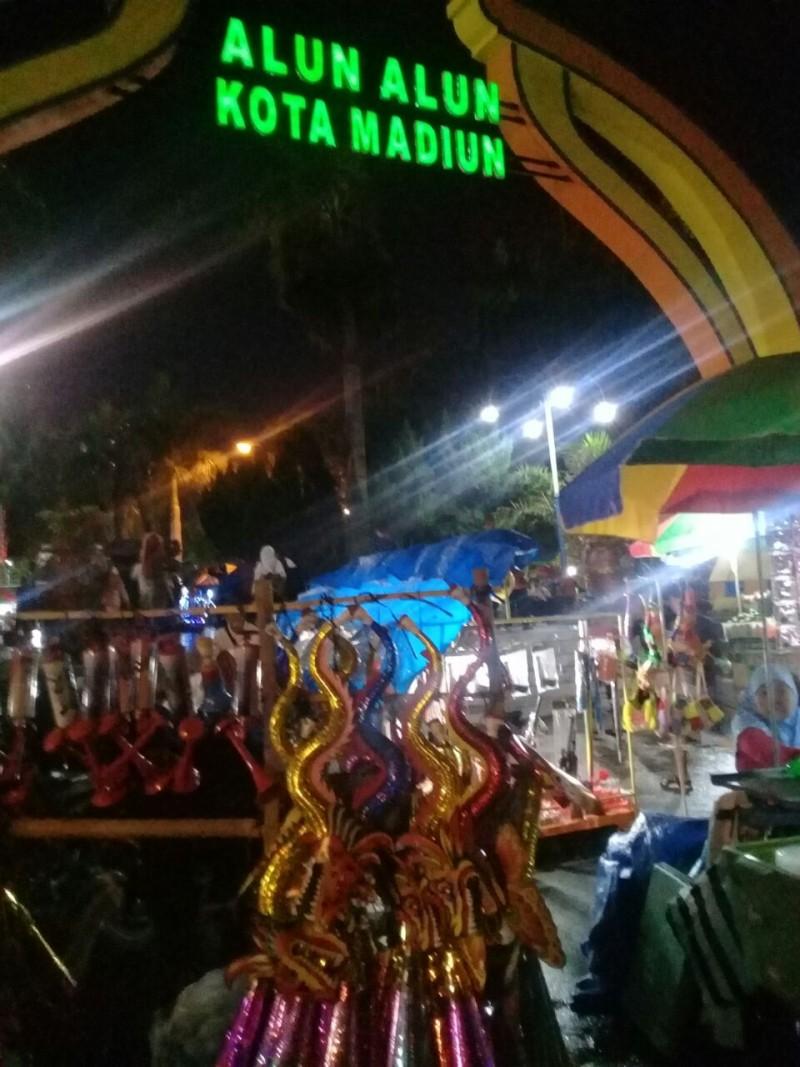 Daerah Penjual Terompet Hiasi Malam Pergantiam Madiun Alun Kota Kab