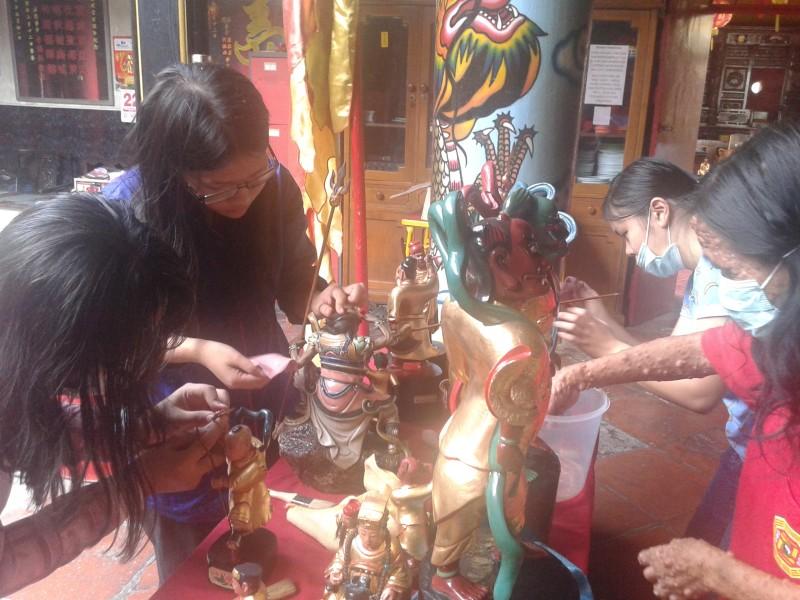 Budaya Ritual Memandikan 22 Altar Dewa Klenteng Hwie Ing Kion