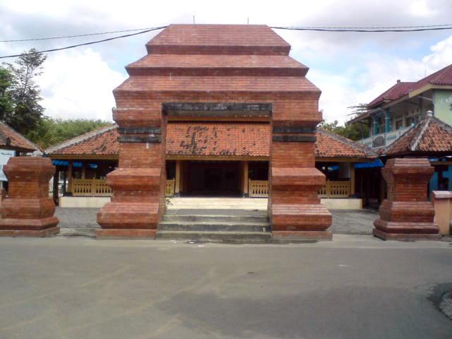 Masjid Kuncen Sejarah Kota Madiun Sebuah Perjalanan Tampak Depan Makam