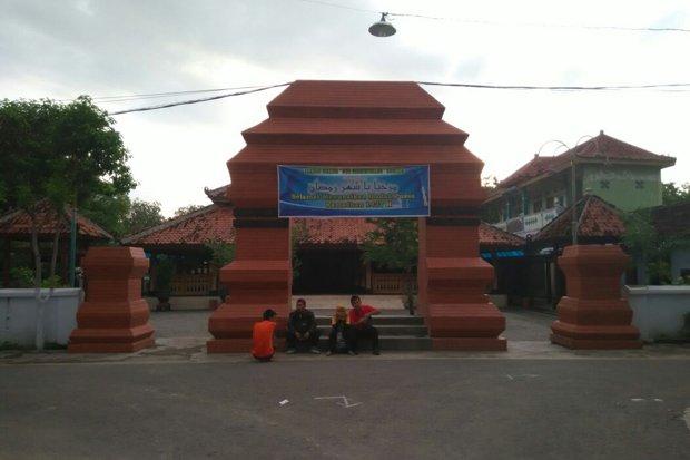 Pangeran Timur Masjid Kuno Kuncen Jejak Makam Taman Kab Madiun