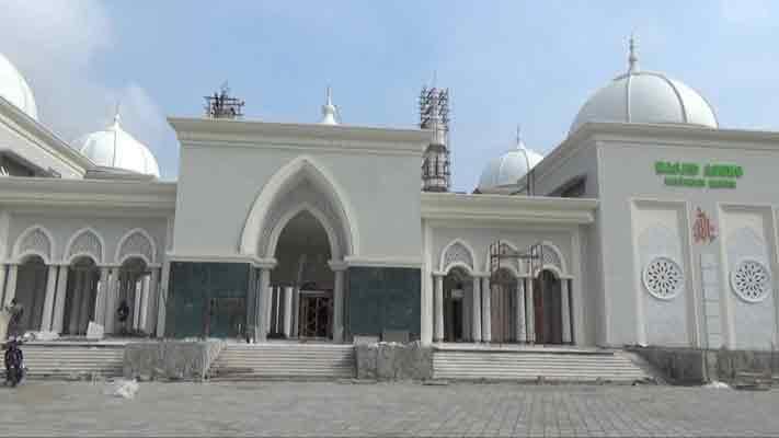 Puluhan Emak Dikerahkan Bersihkan Masjid Agung Madiun Pojok Pitu Bupati