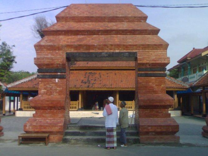 Manfaatkan Lebaran Menyambung Persaudaraan Avepress Sholat Masjid Kuno Kuncen Kab