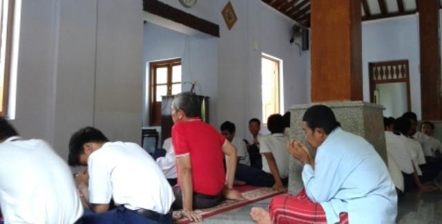 Sejaran Madiun Masjid Kuncen Tak Disebut Nur Hidayatullah Suasana Salat