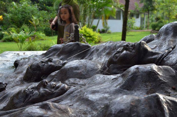 Monumen Keganasan Pki Antara Foto Wisatawan Berkeliling Mengunjungi Desa Kresek