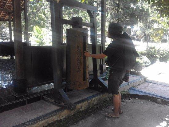 Profil Monumen Kresek Picture Monument Madiun Tripadvisor Sebuah Kentongan Tradisional