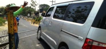 Perlintasan Palang Pengguna Jalan Andalkan Petugas Naryo 49 Berjaga Kereta