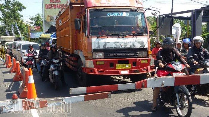 Siang Arus Kendaraan Jalur Madiun Surabaya Mulai Padat Merayap Palang