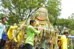 Ratusan Warga Saradan Larung Tumpeng Raksasa Waduk Bening Surya Widas