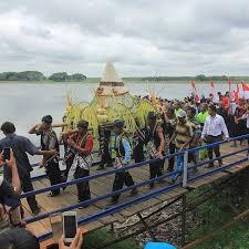 Tradisi Larung Tumpeng Raksasa Waduk Bening Madiun Saradan Kabupaten Mengarak