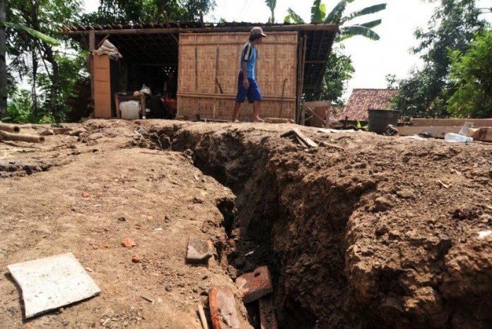 Tanah Retak 90 Warga Borobudur Hidup Dibawah Ancaman Longsor Bahaya