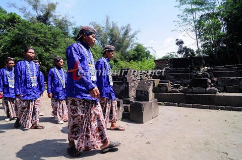 Ritual Sedekah Candi Gunung Wukir Tradisi Sekitar Salaman Barisan Berpakaian