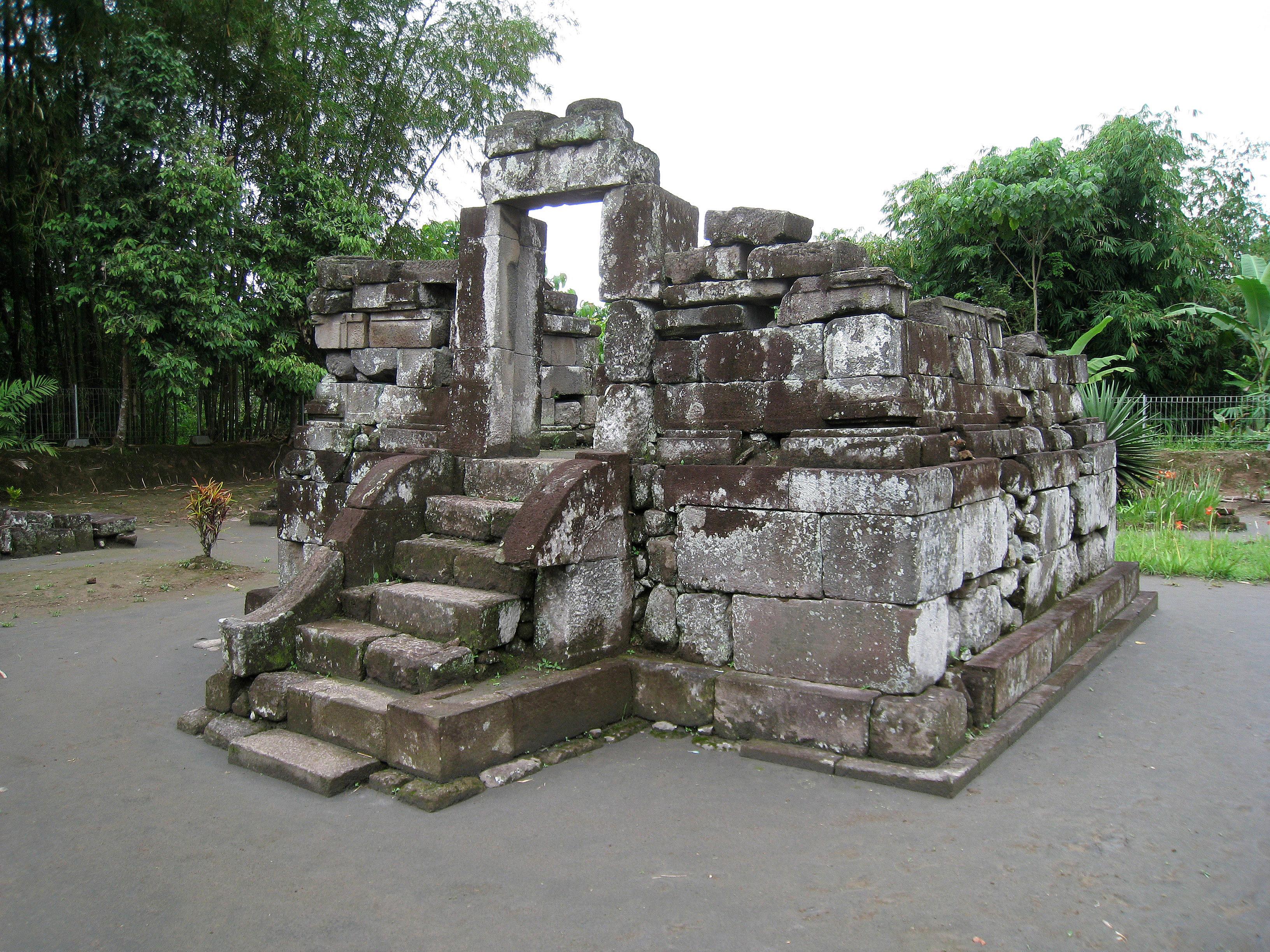 File Gunung Wukir Canggal Perwara Temple Jpg Wikimedia Commons Candi