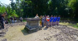 Ritual Sedekah Candi Gunung Wukir Magelang Dimulai Rombongan Umat Kejawen