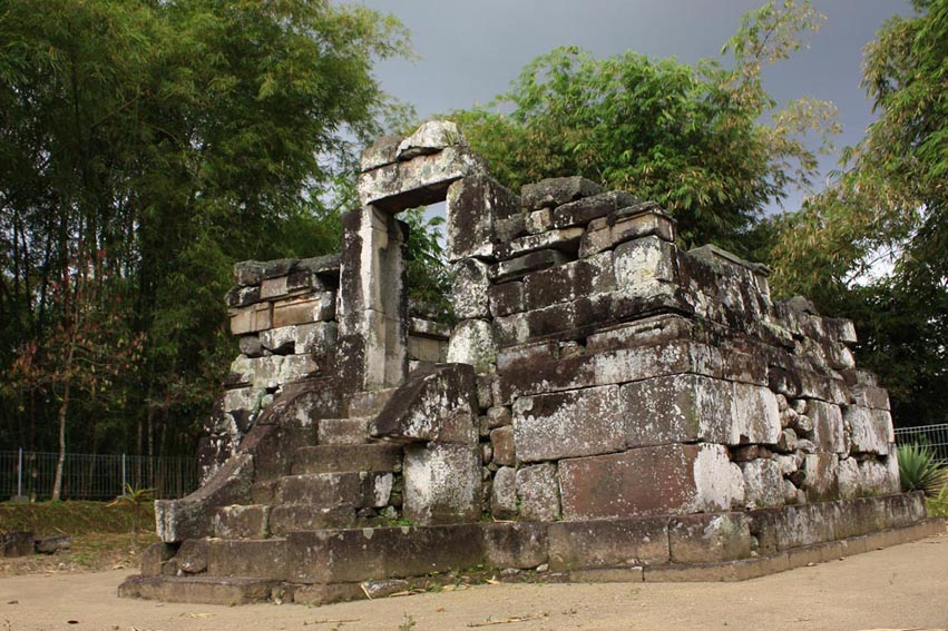 Rumputilalang September 2010 Prasasti Canggal Candi Dulu Ditemukan Altar Yoni