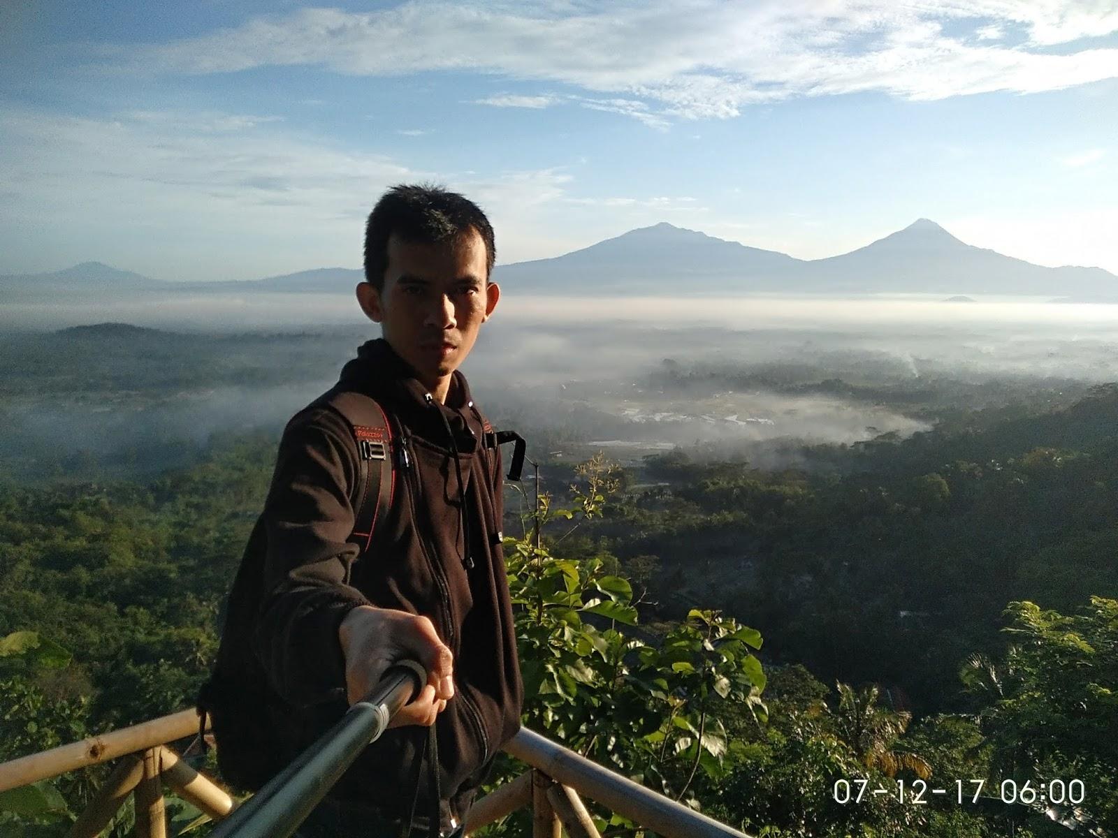 Mengejar Sunrise Punthuk Gupakan Traveling Diary Selfie Background 2 Gunung
