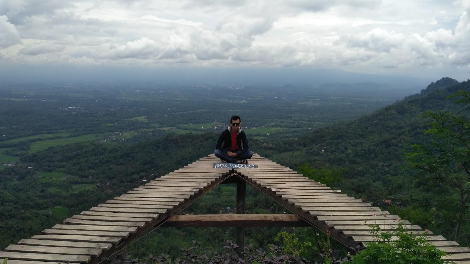 Menikmati Keindahan Alam Pegunungan Menoreh Punthuk Mongkrong Berfoto Photo Iwan