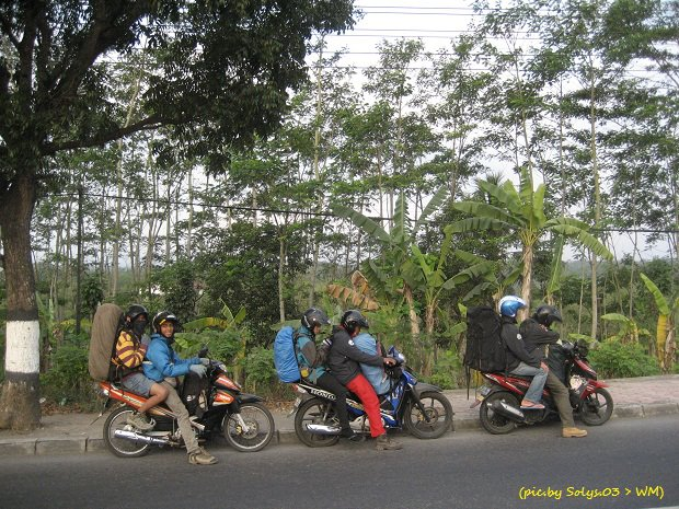 Magelang Topeng Ireng Page 3 Pemudik Bersepeda Motor Menunggu Temannya