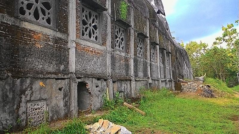 Menikmati Derasnya Hujan Gereja Ayam Magelang Spade Picnic Kurang Lebih