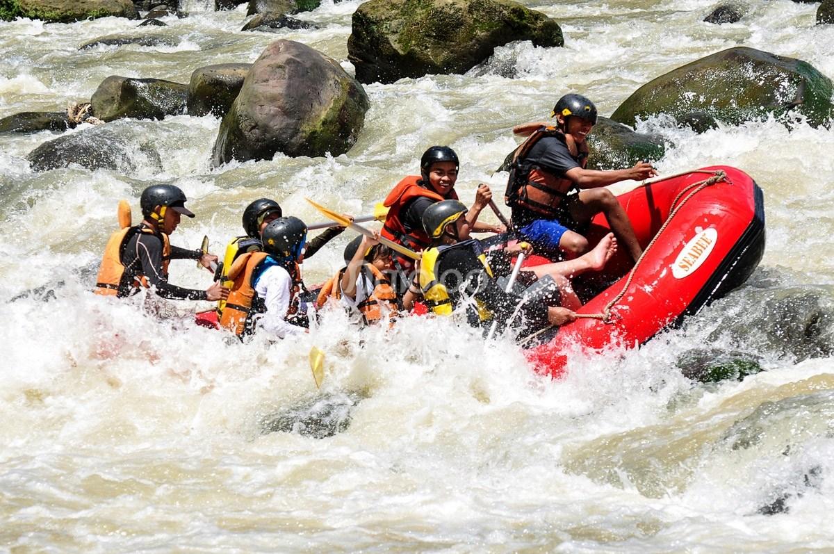 Arung Jeram Sungai Elo Mencumbu Derasnya Kaki Bukit Tidar Serunya