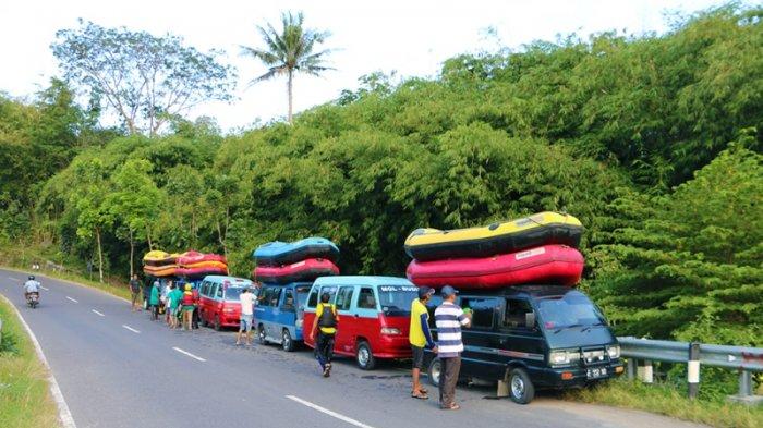 Menikmati Serunya Rafting Sungai Elo Tribun Jogja Perahu Karet Peserta