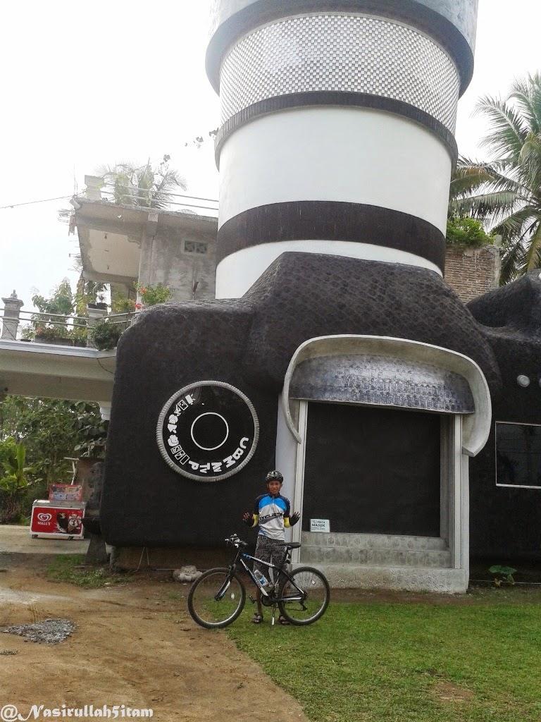 Arsitektur Unik Rumah Berbentuk Kamera Majaksingi Magelang Foto Bareng Sepeda