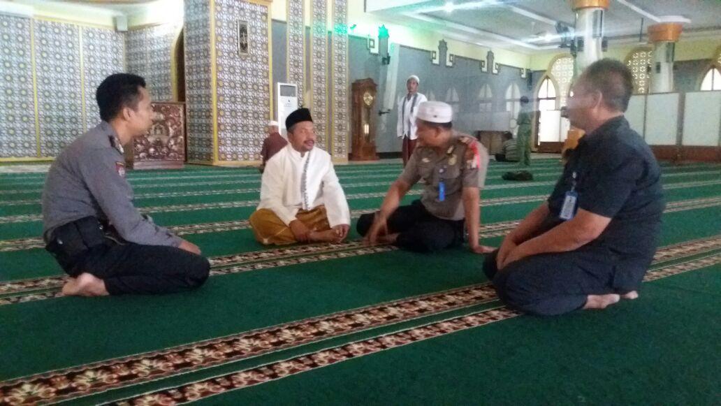 Kapolsek Magetan Anggota Menjalankan Sholat Dhuhur Berjamaah Masjid Agung Bhaitussallam