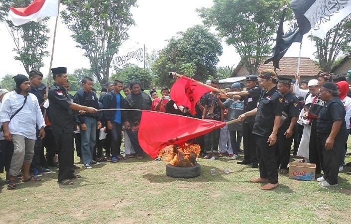 Aksi Bakar Bendera Monumen Soco Aenews9 Magetan Bergambar Palu Arit