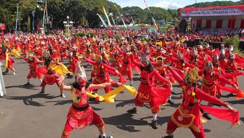 Penari Topeng Peringati Hari Pendidikan Alun Tugu Malang 1 000
