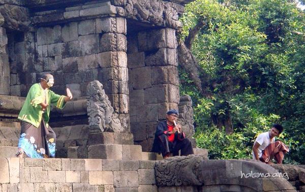 Candi Badut Performatif Nusantara Halomalang Sambung Seniman Kampung Cempluk Sesi