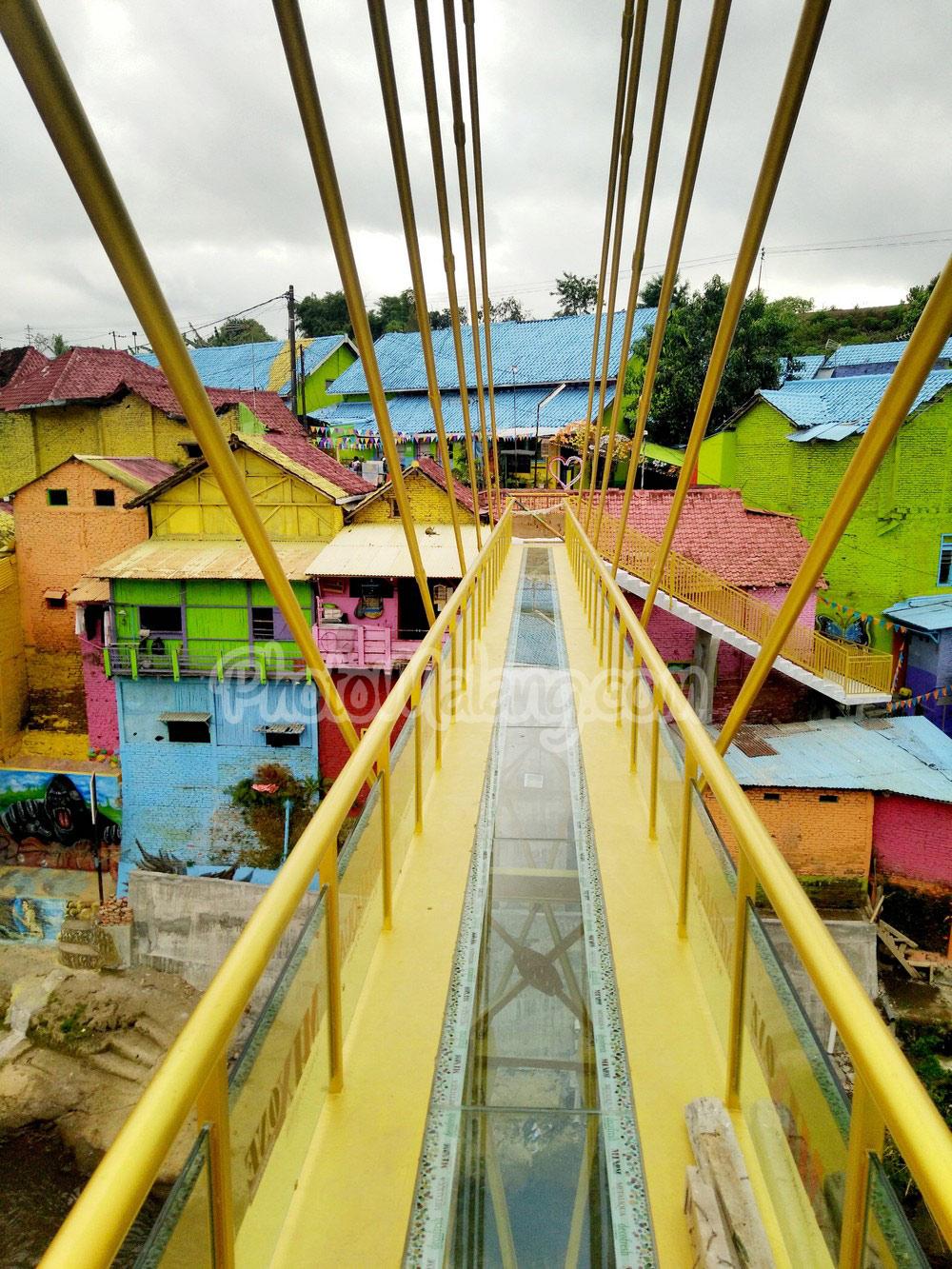 Foto Jembatan Kaca Kampung Warna Warni Jodipan Malang Kab