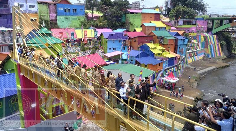 Jembatan Kaca Ikon Kampung Warna Warni Jodipan Malang Kab