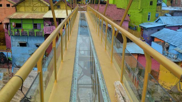 Jembatan Kaca Percantik Kampung Warna Warni Malang Regional Jodipan Kab