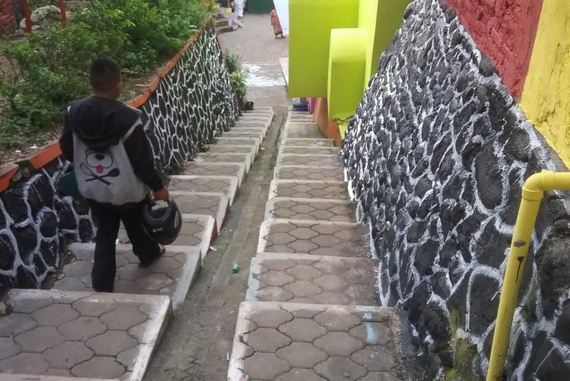 Kampung Jodipan 3g Malang Dihubungkan Jembatan Kaca Tangga Warna Warni