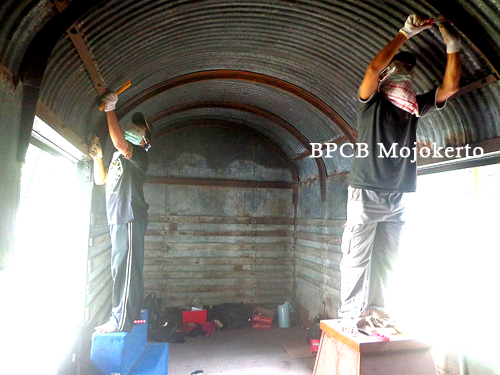 Konservasi Gerbong Koleksi Museum Brawijaya Kota Malang Pembersihan Atap Menggunakan