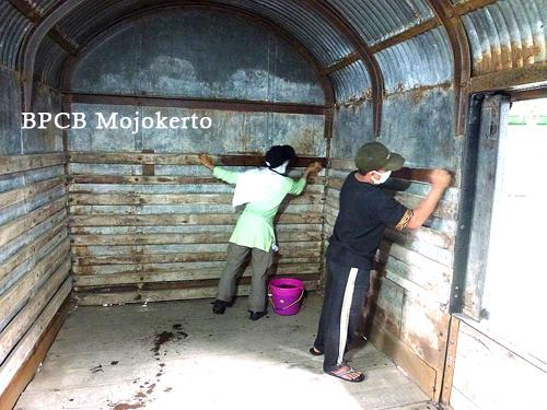 Konservasi Gerbong Koleksi Museum Brawijaya Kota Malang Pembersihan Dinding Bahan