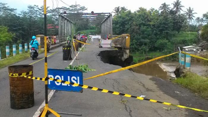 Jalur Utama Pantai Balekambang Malang Putus Surya Kab